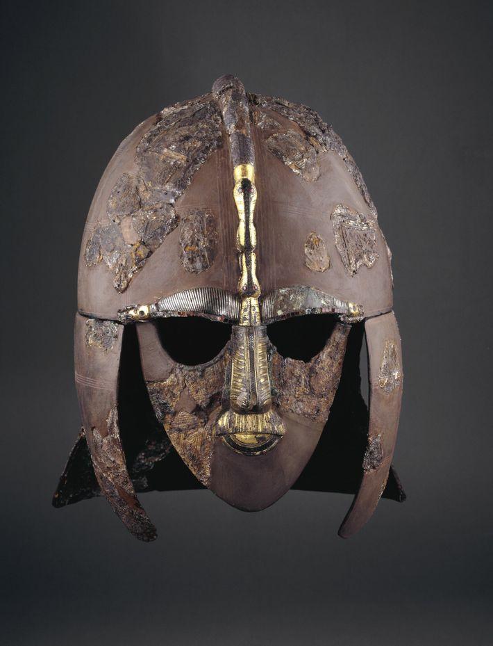 Este elmo extraordinário foi enterrado juntamente com o seu proprietário anglo-saxónico, um guerreiro de elite ou ...