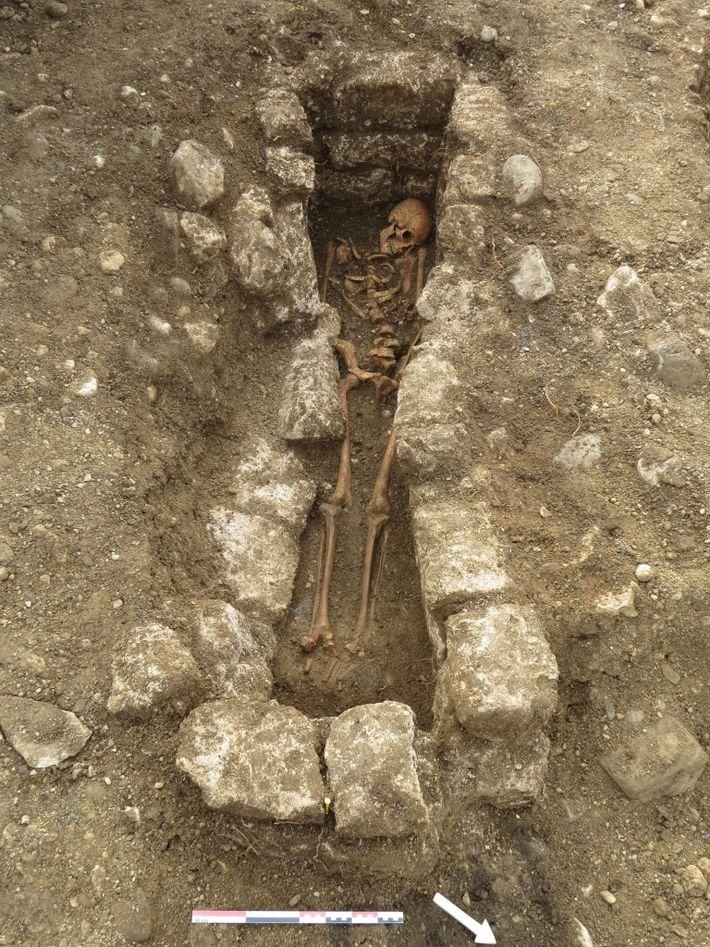 Adelasius foi enterrado numa sepultura de pedras alinhadas, podendo indicar que o seu estatuto social era ...