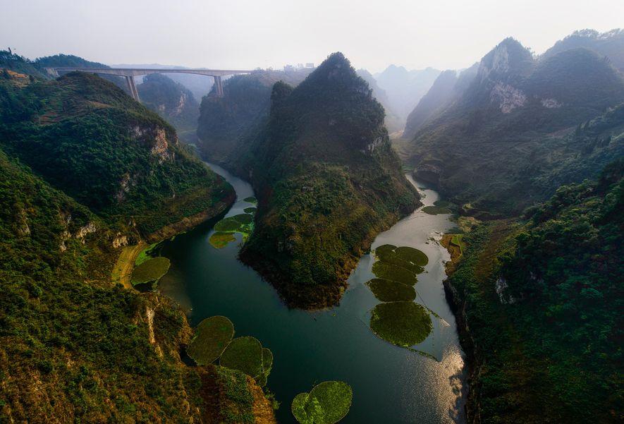 Os desfiladeiros da Província de Guizhou, na China, cintilam à luz do sol. Dentes fósseis encontrados ...