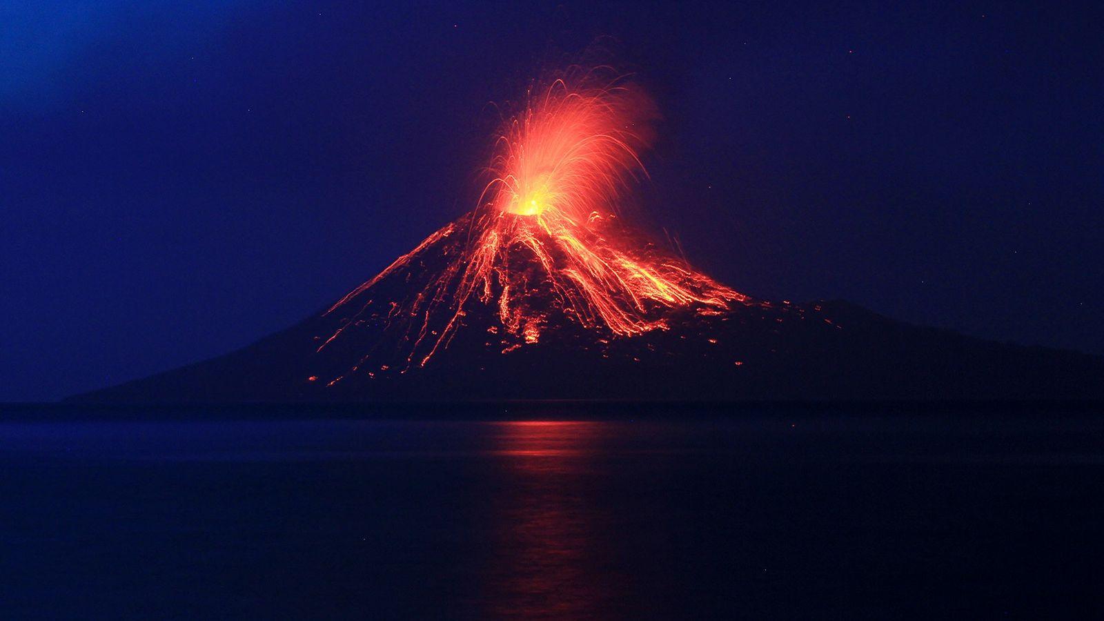 Lava a escorrer pelas paredes do Anak Krakatau