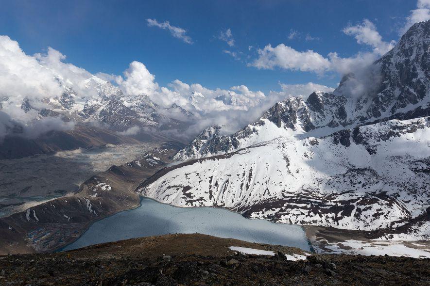 O glaciar Ngozumpa é o glaciar mais comprido dos Himalaias.