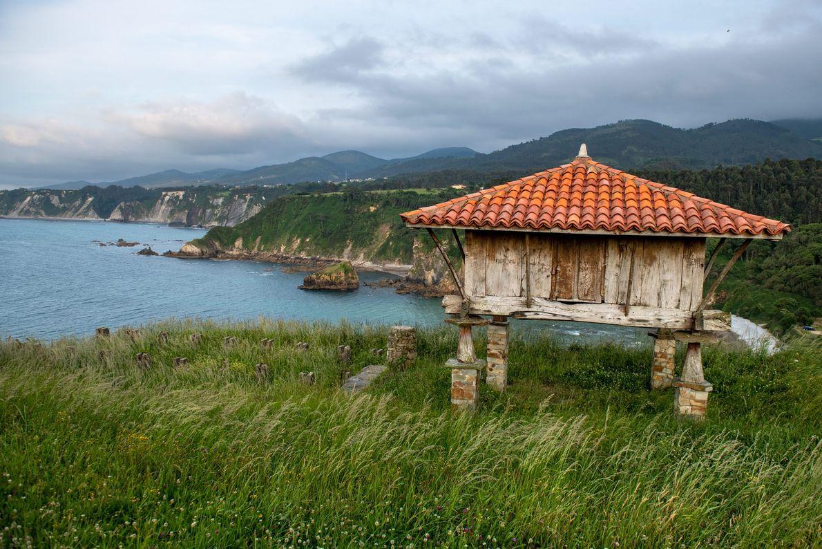 """Um """"hórreo"""", um celeiro de madeira e pedra, com vista para a Playa de Cadavedo."""