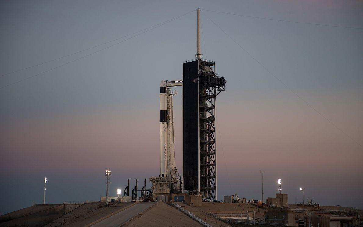 O foguetão Falcon 9, da SpaceX, com a nave Crew Dragon, pronto para o lançamento no ...
