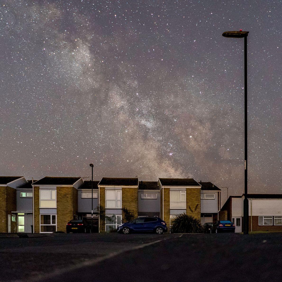Candeeiros de rua apagados revelam uma vista espetacular das estrelas sobre a vila costeira de Pagham ...