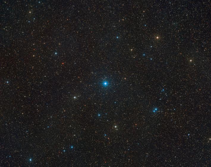 O sistema HR 6819 pode ser visto no centro desta visão ampla do céu, criada a ...
