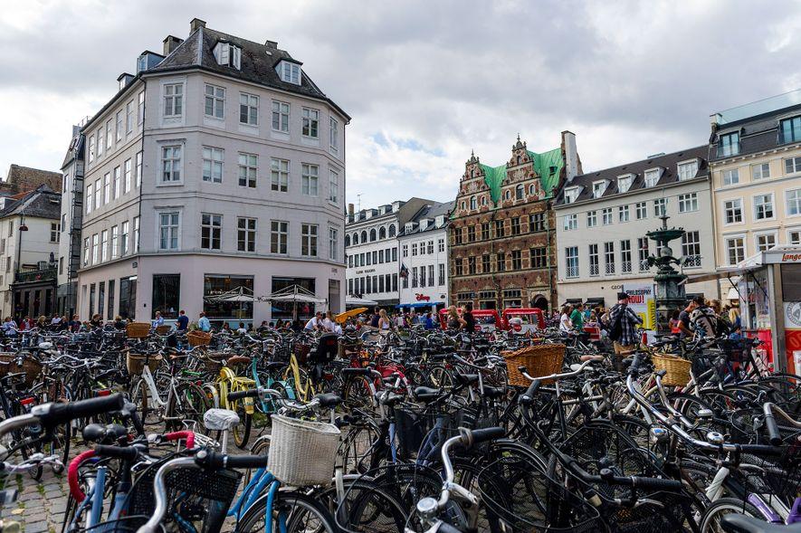 O estacionamento de bicicletas, como este em Copenhaga, pode ficar bastante cheio na Dinamarca, onde 18% ...