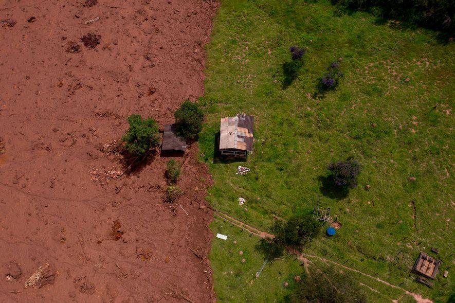 Vista aérea da área afetada pelo deslizamento de lama após o colapso da barragem.