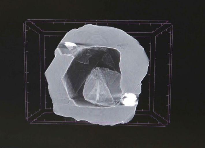 Esta imagem de raios-x da dupla de diamantes mostra uma pequena jóia aninhada dentro da cavidade ...