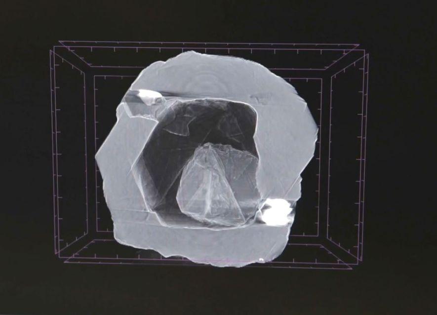 Esta imagem de raios-x da dupla de diamantes mostra uma pequena jóia aninhada dentro da cavidade oca de um diamante maior. Com as pressões esmagadoras sentidas nas entranhas do nosso planeta – onde os diamantes se formam – este espaço oco não devia existir, por isso, os investigadores acreditam que algo deve ter preenchido esta cavidade.