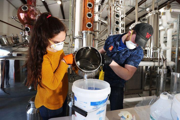 O desinfetante para as mãos caseiro pode ser eficaz, desde que as instalações esterilizem os seus ...
