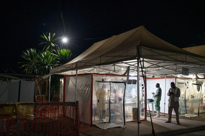 No ano passado, Kavugho Mukoni Romelie, de 16 anos, recebia tratamento contra o Ébola no centro ...