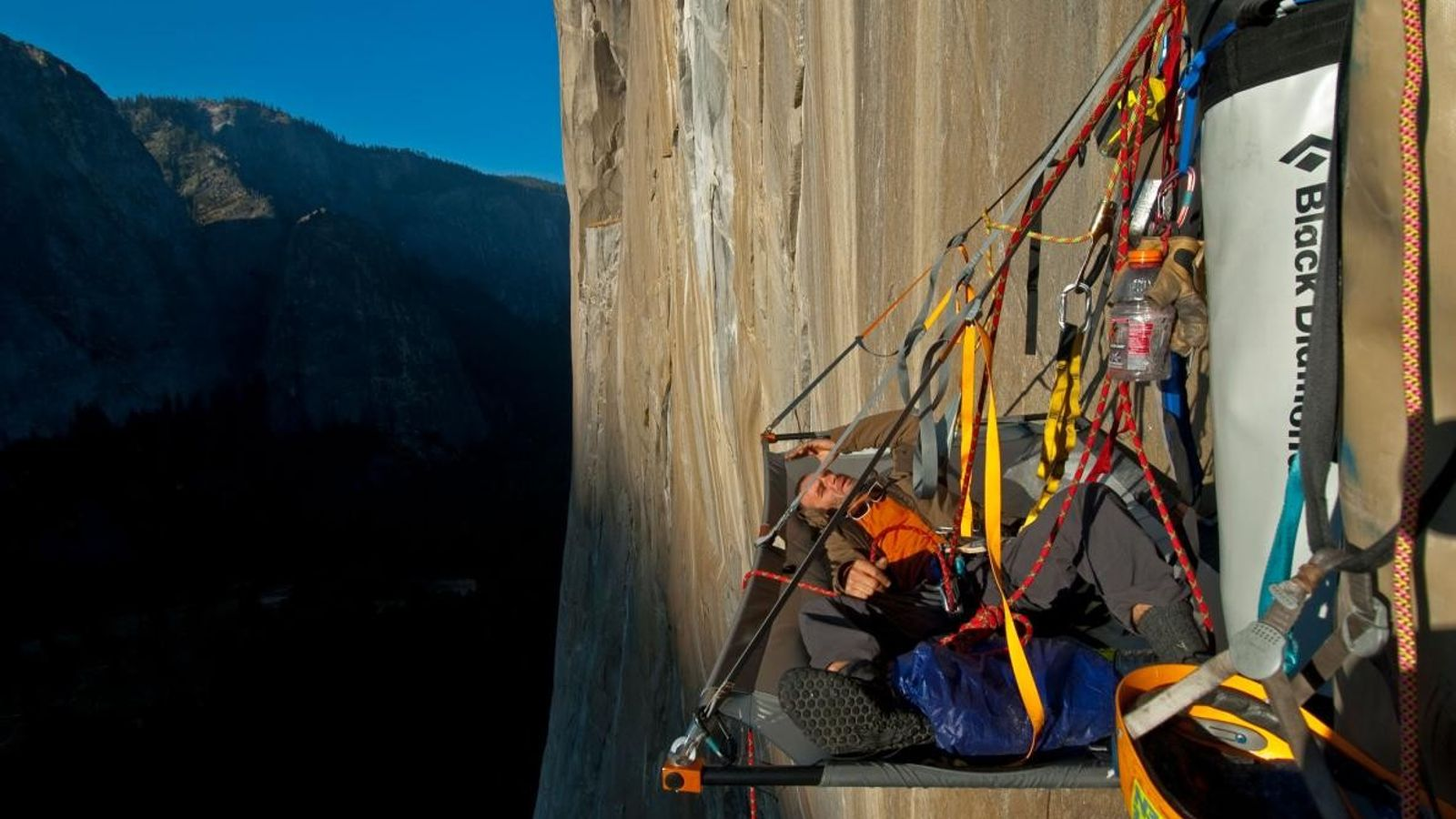 O alpinista Ivo Ninov descansa.