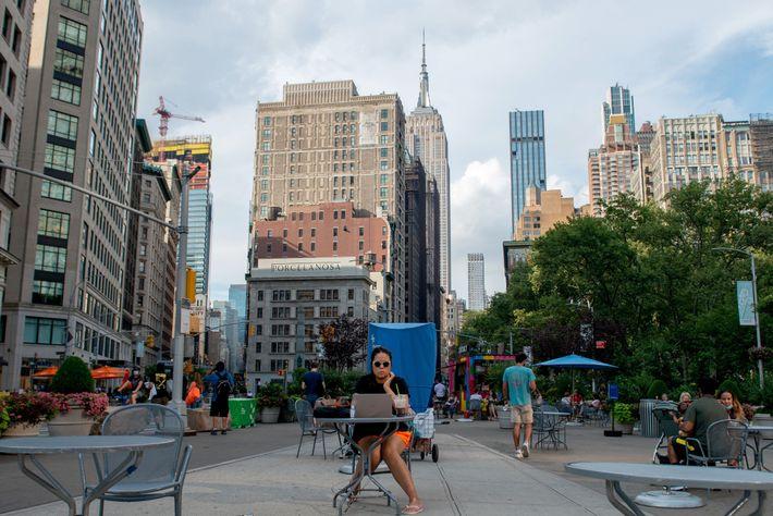 Uma mesa ao ar livre no Flatiron District de Nova Iorque, com vista para o Empire ...