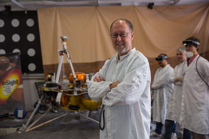 Bruce Banerdt, investigador principal da sonda InSight, junto a uma réplica da sonda usada para simular ...