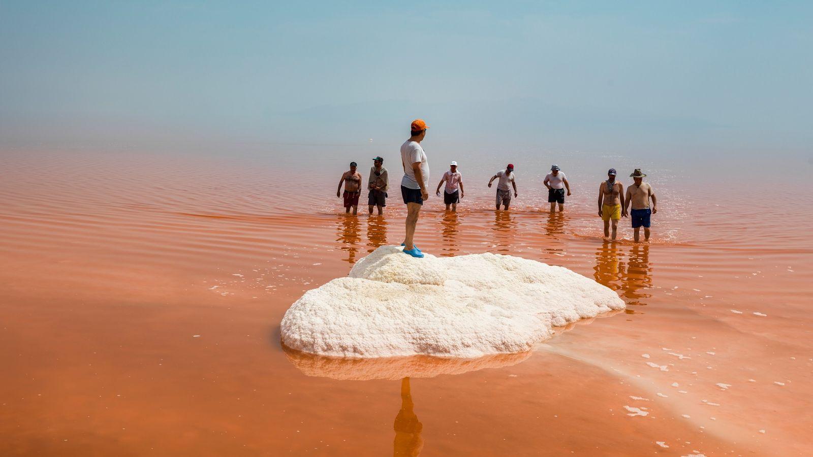Um grupo de reformados da cidade de Tabriz caminha nas águas salgadas do Lago Urmia