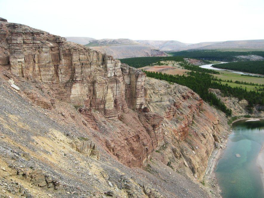 Os cientistas recolheram amostras de rochas nas falésias da chamada secção Khorbusuonka, na Sibéria. Os minerais ...