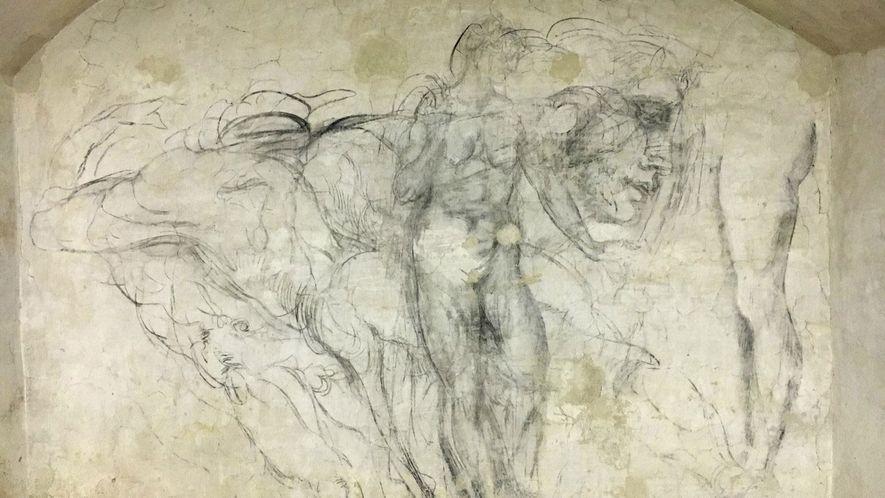 GÉNIO DO DESENHO Numa das paredes da câmara escondida vê-se um desenho a carvão das costas de uma figura humana. O esboço do contorno pode ser uma versão de uma das figuras da pintura de Michelangelo do teto da capela Sistina.