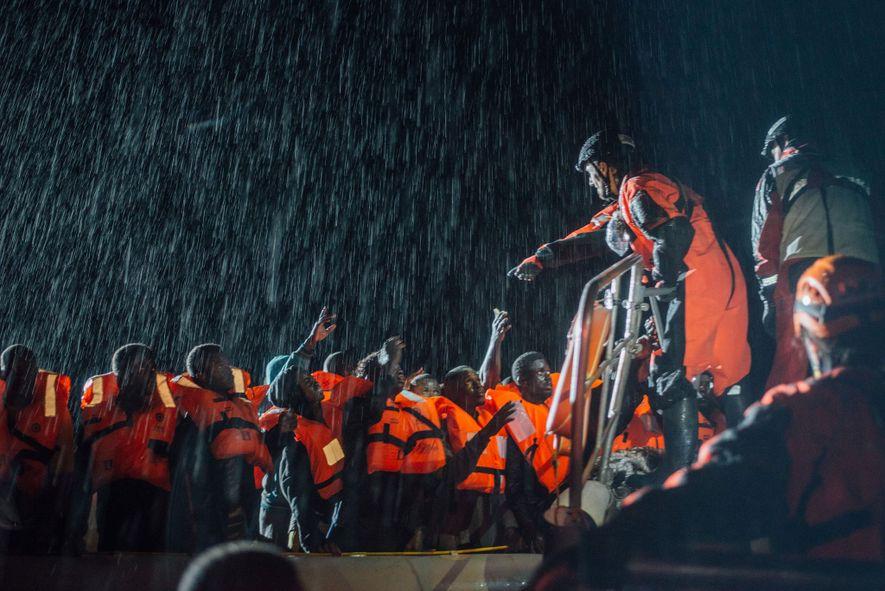 À medida que as ondas ganham altura e a chuva se torna mais intensa, Nicola Stalla, ...