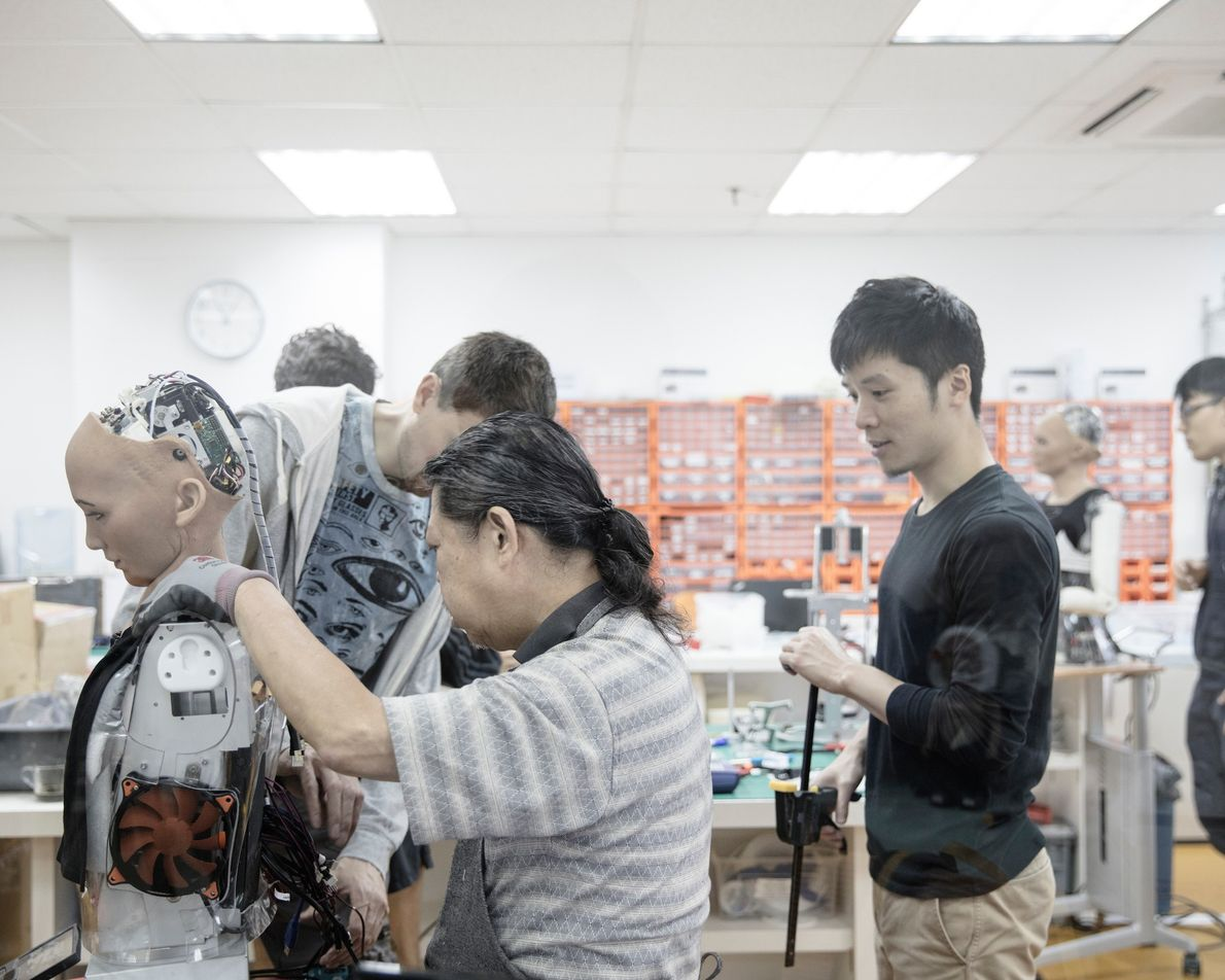Engenheiros trabalham no laboratório da Hanson Robotics.