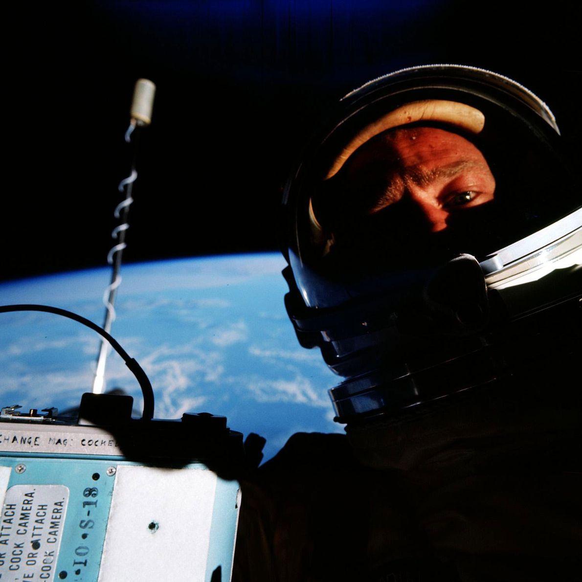 """Edwin """"Buzz"""" Aldrin afirma ter sido a primeira pessoa a tirar uma selfie no espaço, enquanto ..."""