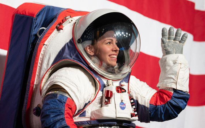 Kristine Davis, engenheira de fatos espaciais no Centro Espacial Johnson da NASA, mostra o novo protótipo ...