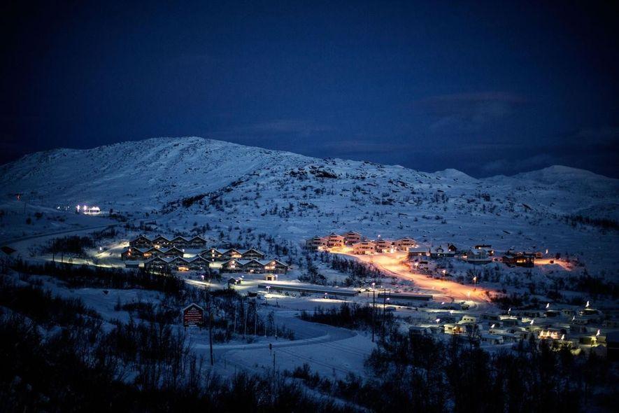 É uma pequena cidade turística sueca a 200 km para norte do Círculo Ártico, perto da ...