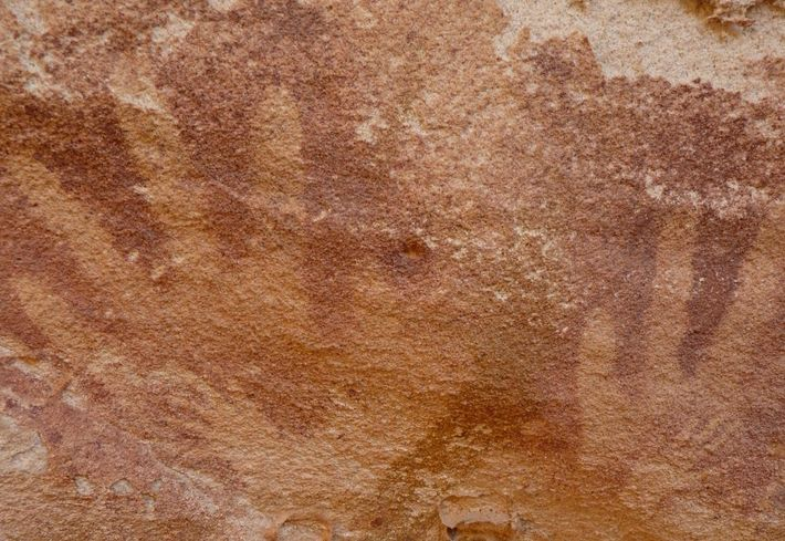 Mãos pequenas – originalmente atribuídas a crianças muito novas ou bebés – foram feitas dentro dos ...