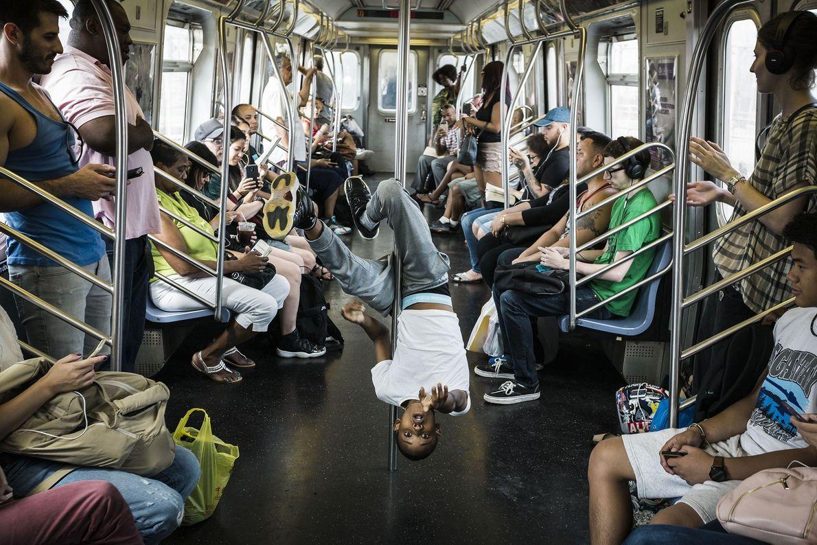 O fotógrafo Your Shot, Jan Rocker, captou esta fotografia de uma jovem a exibir-se no metro ...