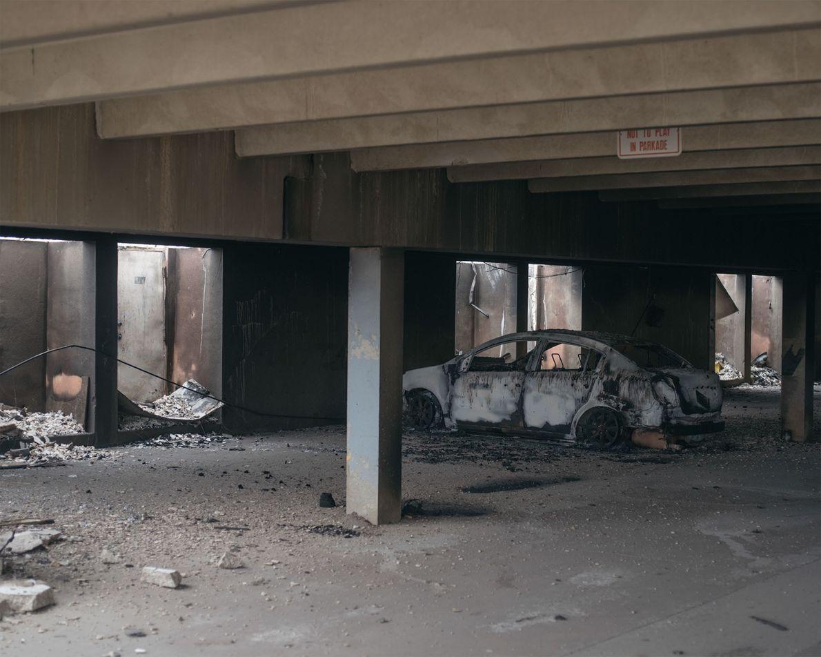 Edifício de apartamentos consumido pelo fogo.