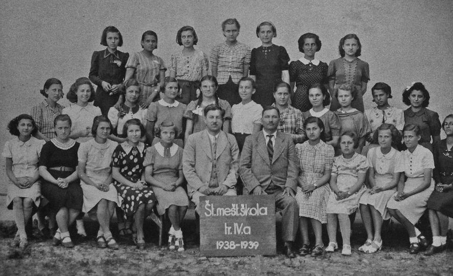Das nove raparigas judias presentes nesta fotografia da turma de Edith, apenas três sobreviveram ao Holocausto. ...