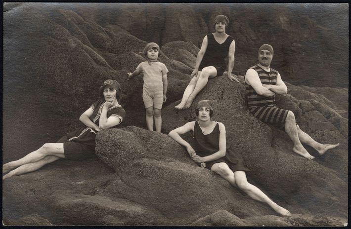 Uma família posa numa praia em 1920.