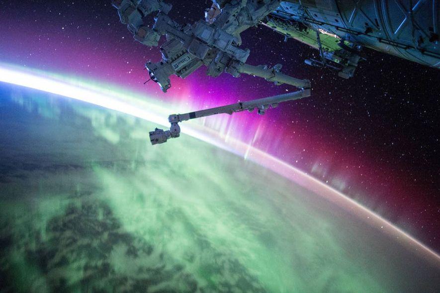 Ao passar por uma aurora, o astronauta Scott Kelly tirou esta fotografia a partir da Estação ...