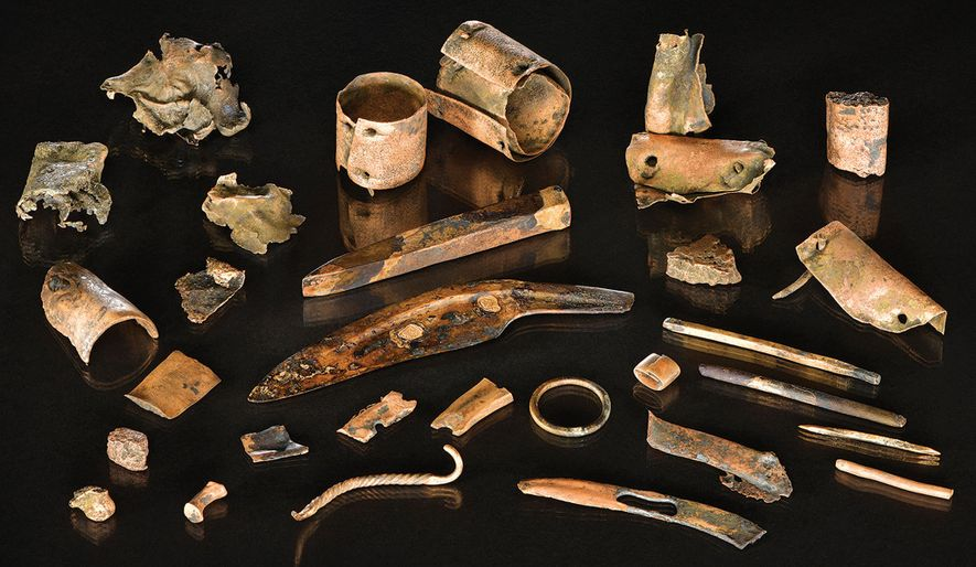 O conjunto de objetos de bronze com 3000 anos incluí ferramentas, ornamentos e pedaços de metal ...