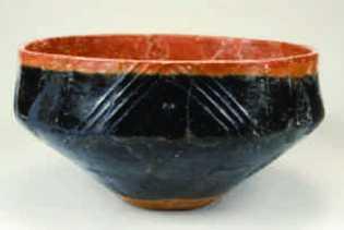 Esta tigela vermelha e preta de cerâmica, que data de cerca de 2500 a.C., foi encontrada ...