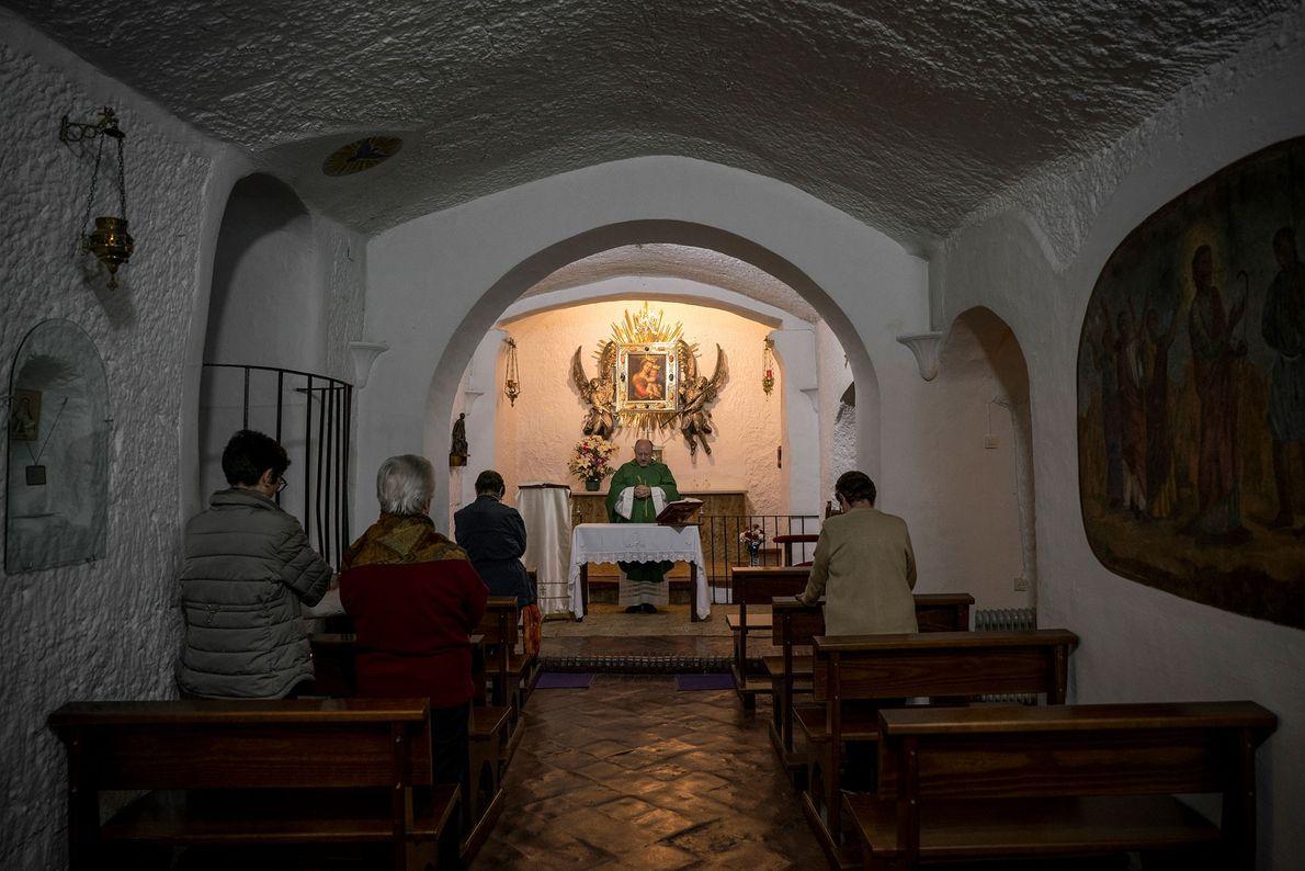 Um padre celebra a missa em Nuestra Señora de Gracia, uma igreja católica subterrânea situada em ...