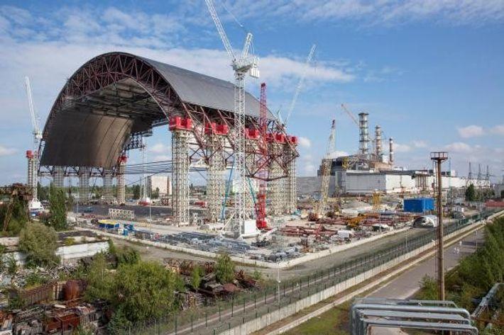 O arco de contenção acabará por ser deslizado até ficar sobre o edifício altamente radioativo do ...