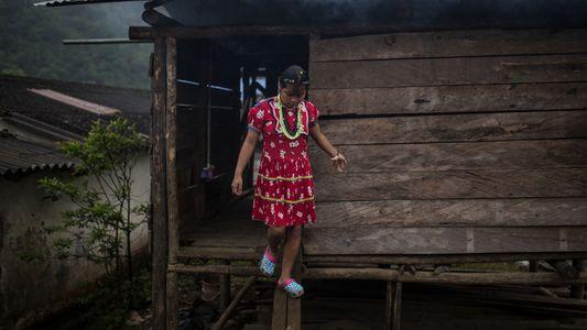Apenas Mulheres e Crianças Vivem Nesta Cidade Devastada Pela Guerra