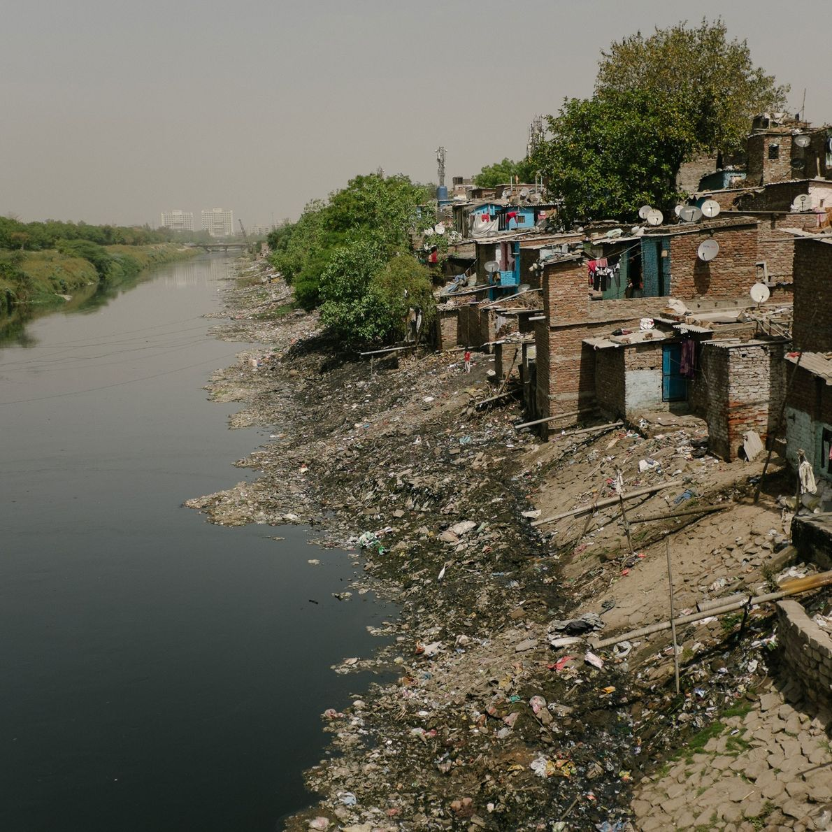A área ao longo do esgoto a céu aberto de Shahadra.