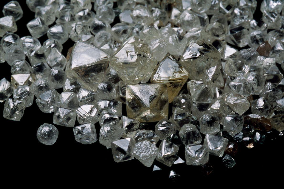 Este aglomerado de diamantes em bruto vem do Botsuana, os diamantes variam de tamanho – desde ...