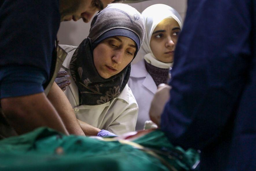 Amani Ballour não recebeu formação em cirurgia, mas o número exagerado de feridos obrigou-a a aprender ...