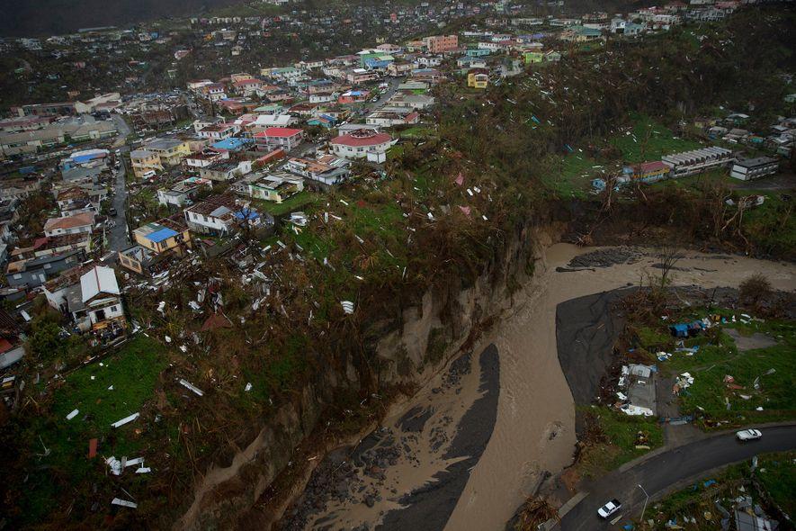 Dez dias depois do furacão Maria atingir Dominica, as imagens aéreas revelaram uma devastação tão grande ...