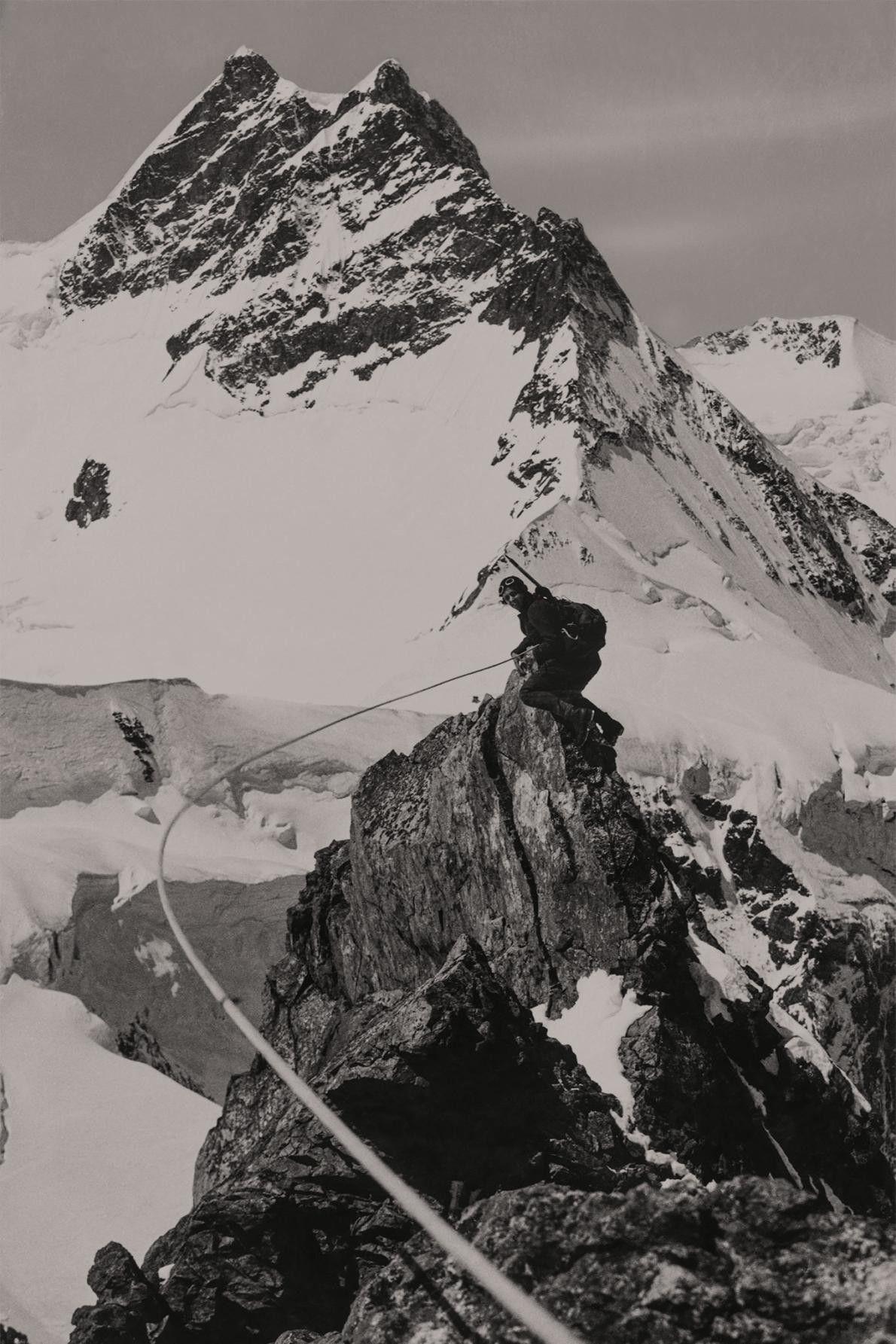 Micheline Morin posa para a objetiva da companheira de alpinismo Miriam O'Brien.