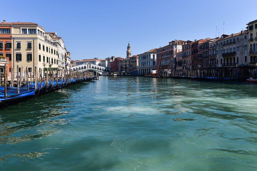 Os canais de Veneza, que normalmente fervilham de atividade, estão agora desertos devido à quarentena, mas ...