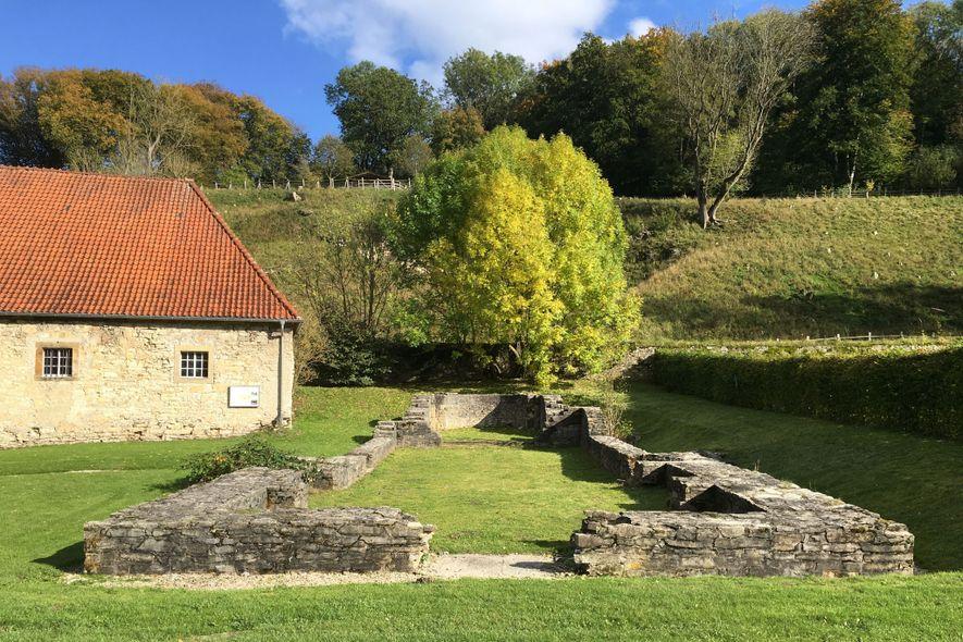 As fundações da igreja associada à comunidade religiosa da artista medieval, na Alemanha, onde os seus ...
