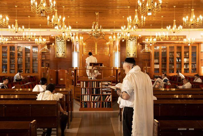 Homens reunidos para as orações matinais na Grande Sinagoga de Sarcelles. Nos últimos anos, milhares de ...