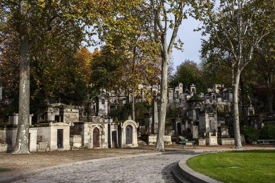 O Cemitério Père-Lachaise, em Paris, é um dos lugares mais famosos do mundo e um dos mais visitados da capital francesa, em parte porque muitas das pessoas aqui enterradas são de renome internacional.