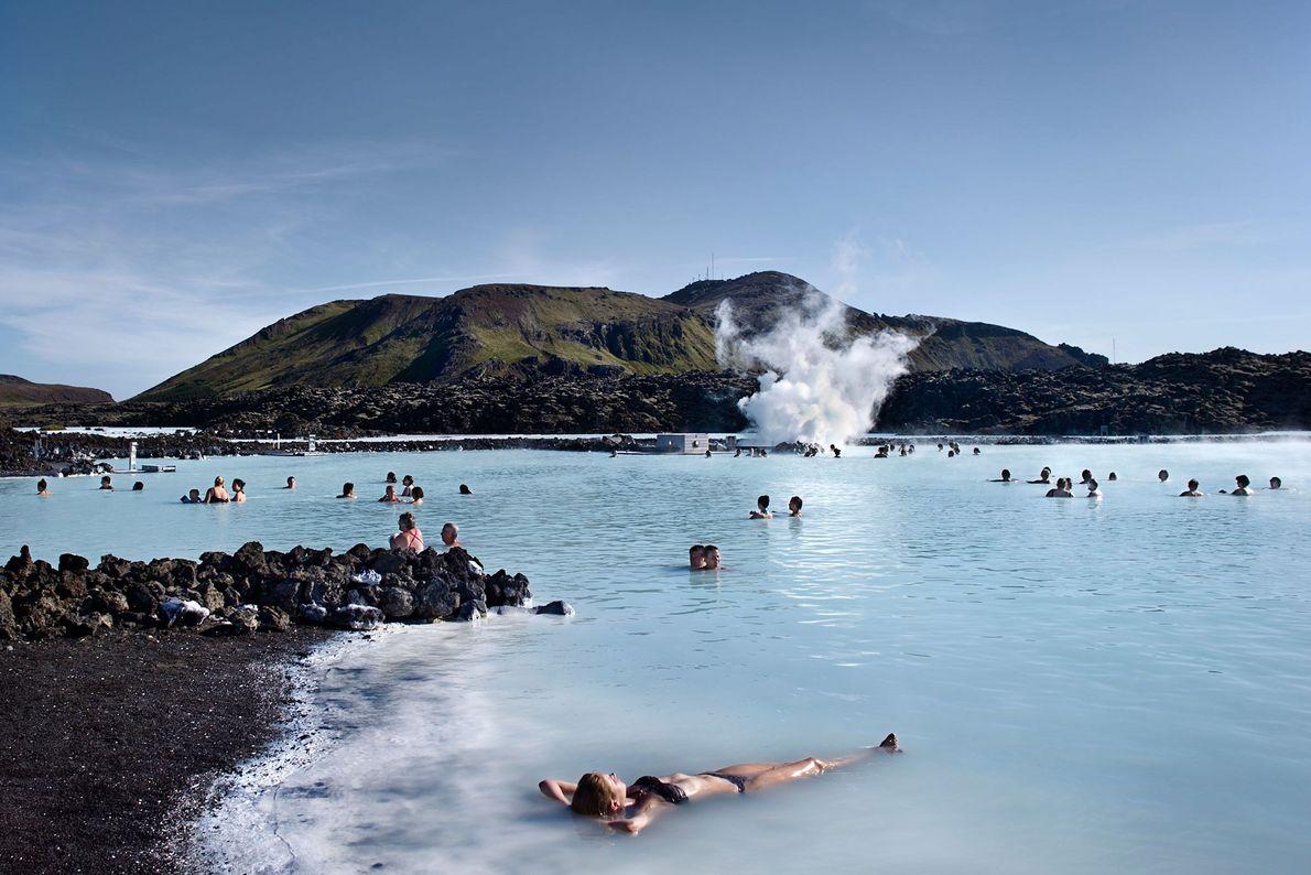 Imagem de uma mulher na Lagoa Azul, Islândia.