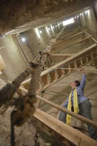 Para alcançarem a oficina de mumificação e as câmaras funerárias, os arqueólogos tiveram de remover 42 ...