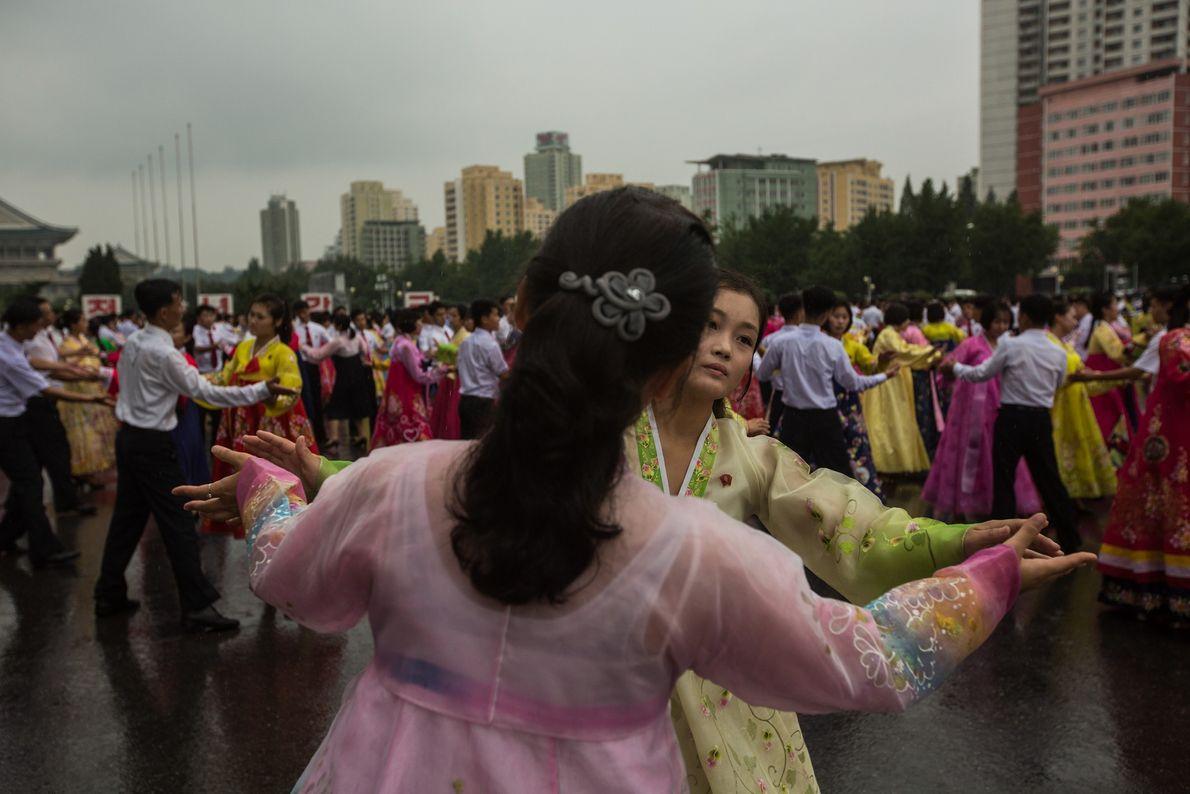 Os norte-coreanos praticam danças tradicionais num evento, em Pyongyang