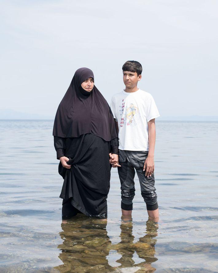 Kassim Hajem, de 14 anos, e a mãe Ablam Saleh permanecem na costa do Mediterrâneo, em ...